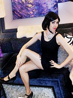 Nicole channels her 1920s alter ego, Scarlett. Look at those legs!!